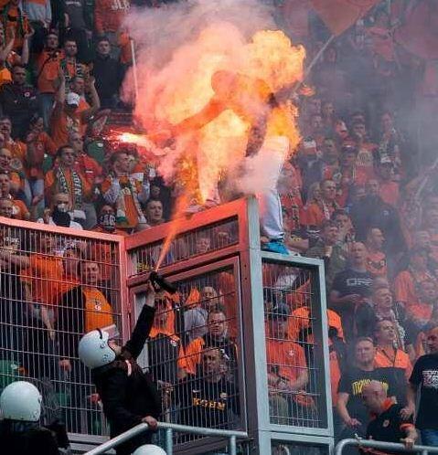 Il allume un fumigène dans un stade et prend feu