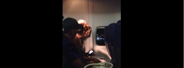 Une américaine panique dans l'avion et hurle en boucle « Dieu, vous êtes mon sauveur !»