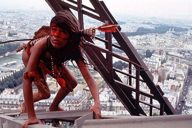 Ivre, il escalade la Tour Eiffel sur plusieurs dizaines de mètres
