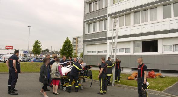 Trop gros pour passer par la porte, il est obligé d'appeler les pompiers