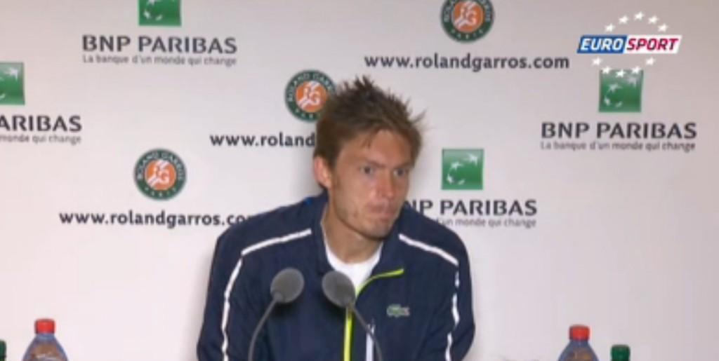 Un journaliste félicite le tennisman Nicolas Mahut alors qu'il vient de perdre