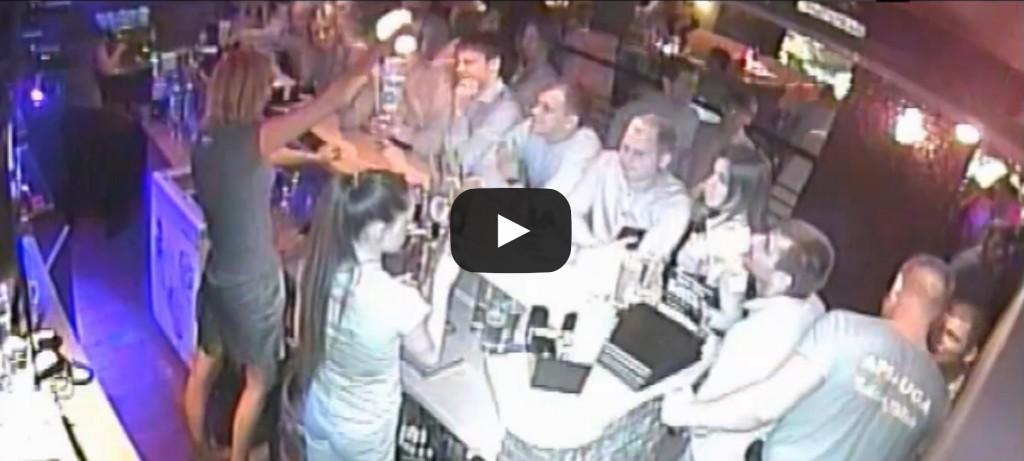 Vidéo: une serveuse enflamme la tête d'un client