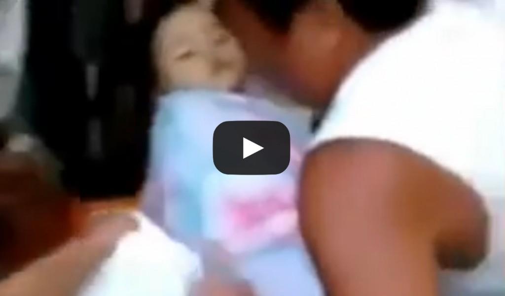 Vidéo: Une fillette déclarée morte se réveille dans son cerceuil lors de ses funérailles