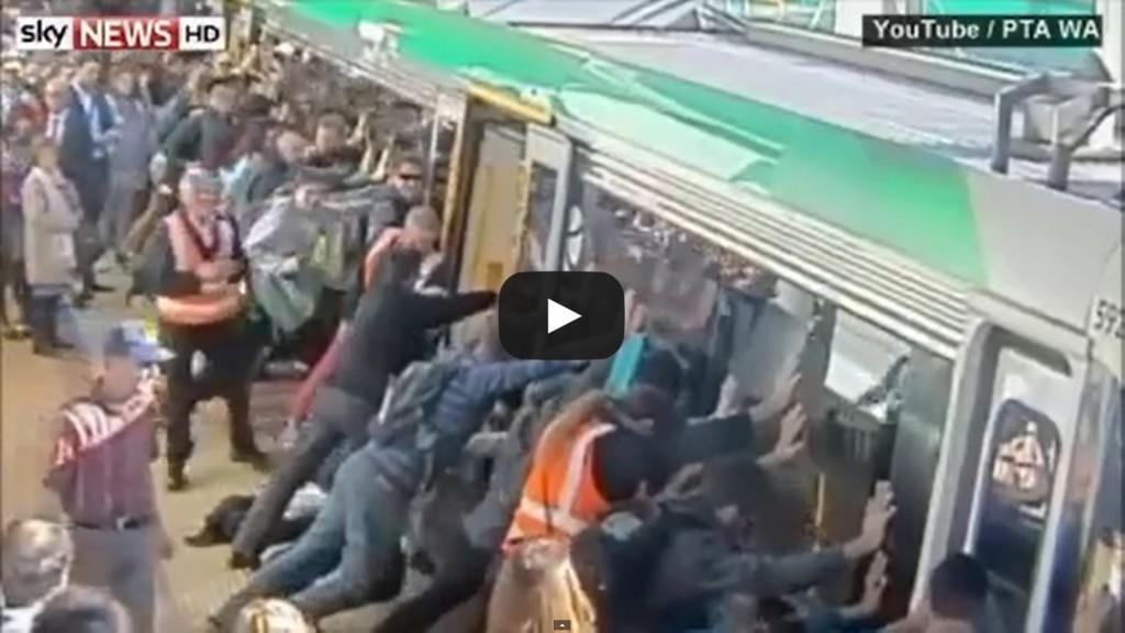 Vidéo: Cet homme avait sa jambe coincée dans le métro, ce que vont faire les autres passagers est incroyable