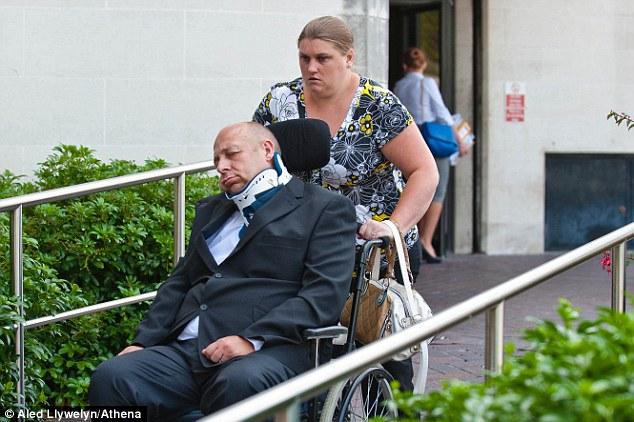 Il faisait croire qu'il était tétraplégique et dans le coma depuis 2 ans pour arnaquer son voisin
