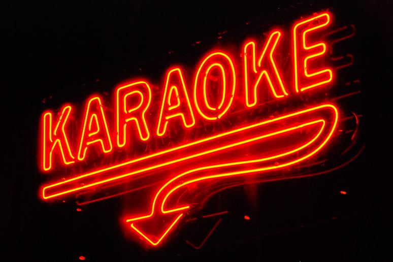Le karaoké dégénère: Une bagarre éclate parce qu'il chante faux