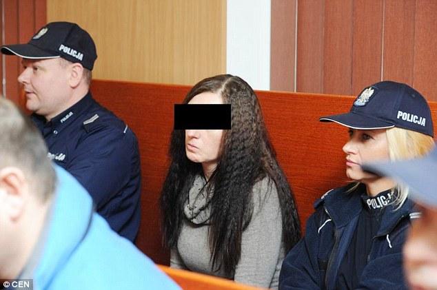 Elle demande à deux hommes de tuer son mari handicapé en échange d'un plan à trois