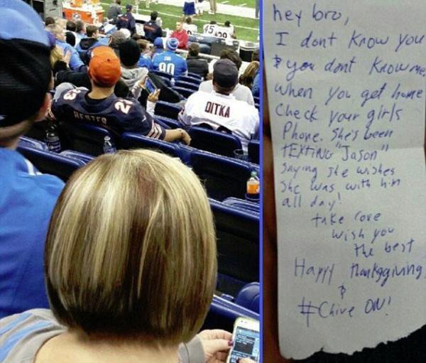 Il avertit le spectateur devant lui que sa femme écrit des SMS à son amant