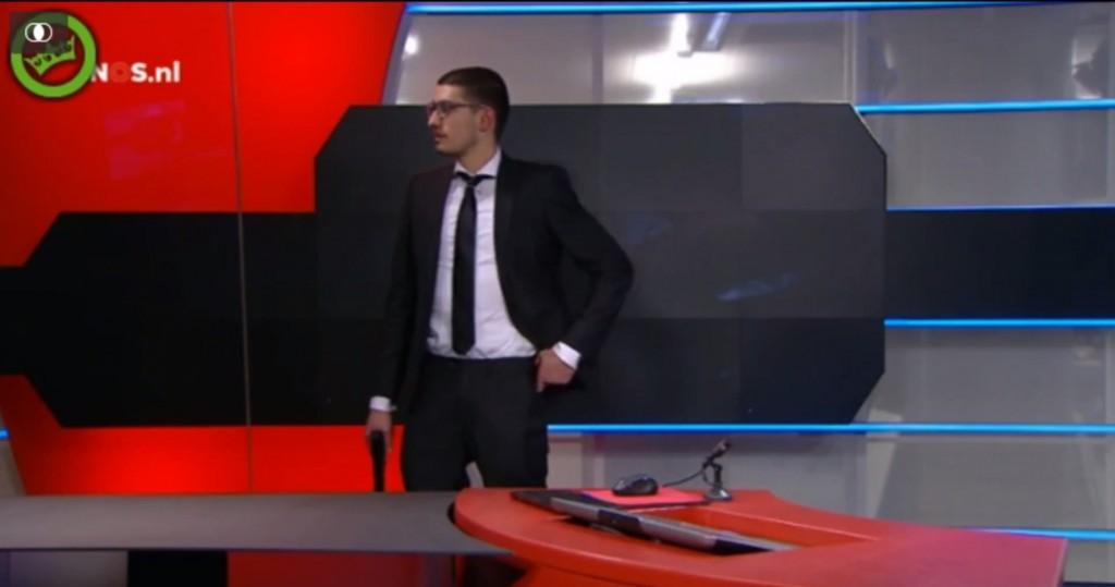 Vidéo: Un homme armé s'invite au journal télévisé de 20h
