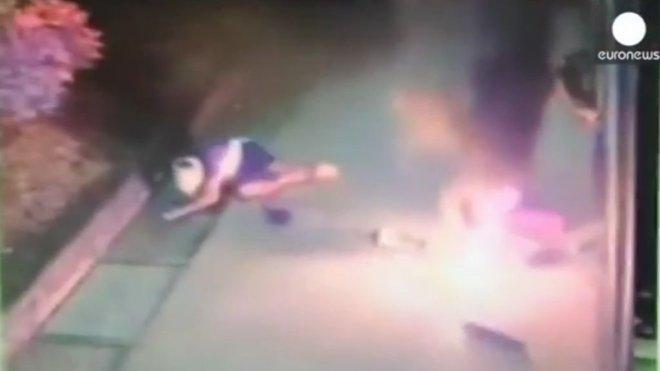 Vidéo: Il veut faire sauter un distributeur automatique mais il explose avec