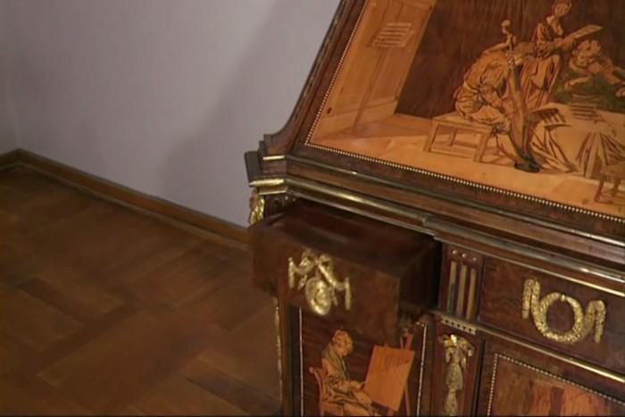 Vidéo: Ce meuble de 200 ans révèle une surprise extraordinaire quand on ouvre ses tiroirs
