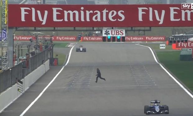 Il traverse la piste en plein Grand Prix de Chine