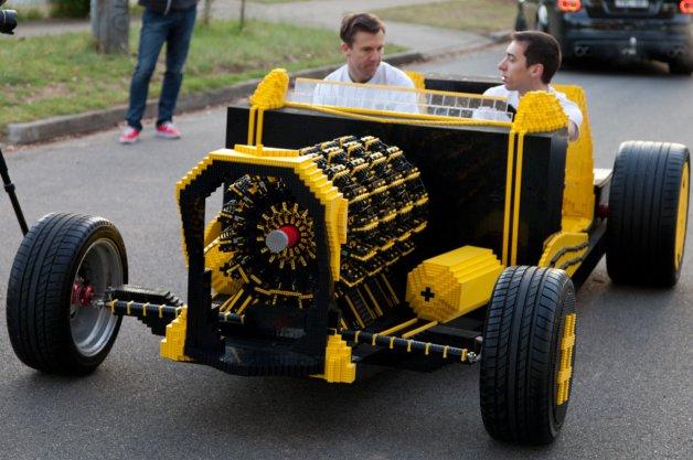 A 20 ans, il construit une voiture en Lego fonctionnelle et totalement écologique
