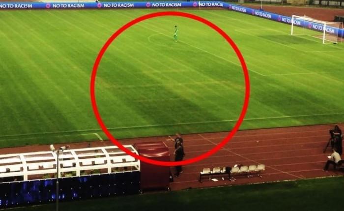 Une croix gammée dessinée sur la pelouse pendant le match Croatie-Italie