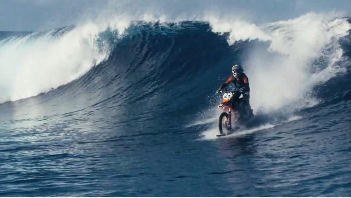 Il fait de la motocross sur l'eau!
