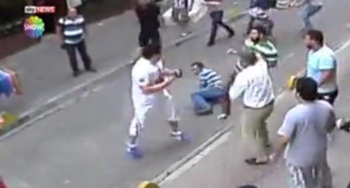 Quand un boxeur pro se fait agresser par une dizaine de types armés de bâtons