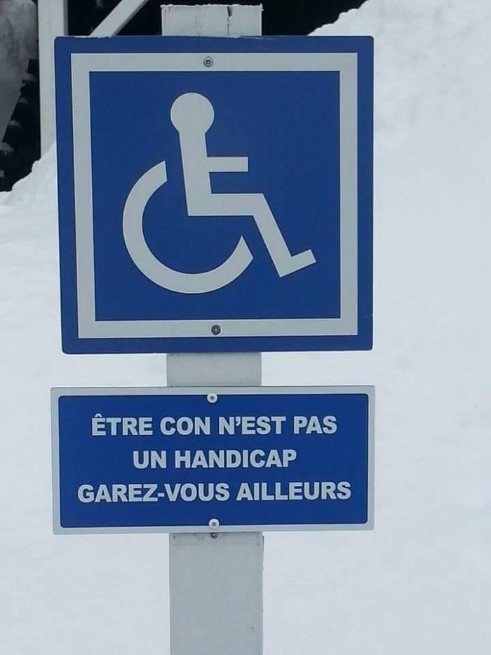 Grâce à cet écriteau, aucun valide n'ose se garer sur cette place pour handicapés