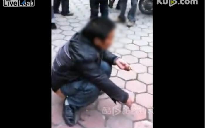 Il se recouvre d'excréments pour échapper à la police