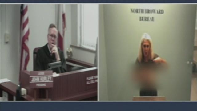 Elle montre sa poitrine au juge pendant l'audience