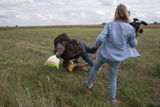 Une journaliste licenciée pour avoir fait un croche patte à un migrant tenant son bébé dans les bras