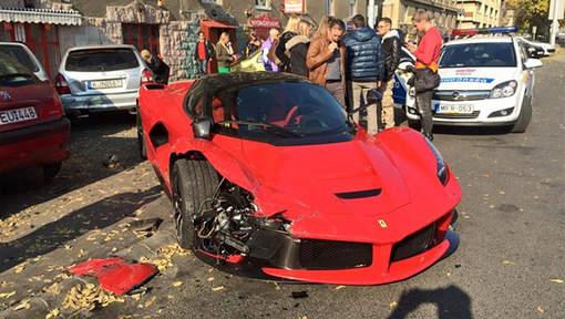 Vidéo: il achète une Ferrari à 1,4 million € et se plante en sortant de chez le concessionnaire