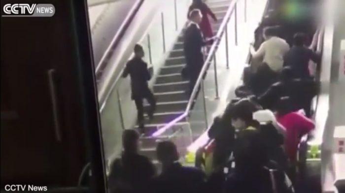 Quand un escalator bondé se met à marcher à l'envers soudainement, voilà ce que cela donne: