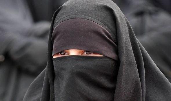 Une femme en burka brûle une Bible et écope d'une simple amende