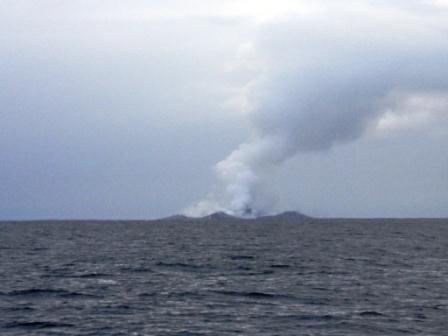 En se retournant, ils ont compris d'où venait la pierre et ce phénomène: un volcan sous - marin, remonté à la surface, commençait à rentrer en éruption