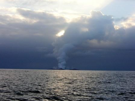 La fumée se dissipa et ils ont alors pu remarquer quelque chose d' étrange juste à la surface de l'eau ....