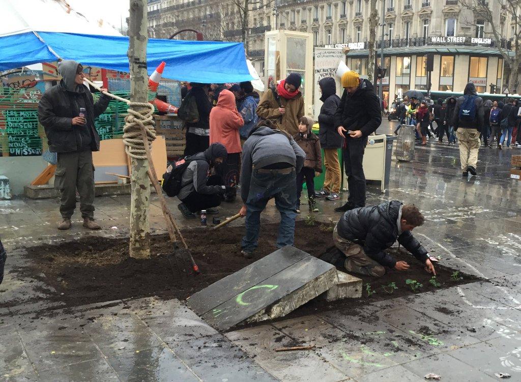 """Des manifestants de """"Nuit Debout"""" cassent la dalle à 24M€ pour planter un potager"""