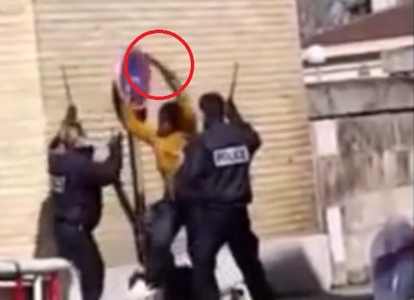 Des policiers attaqués au hachoir en pleine rue