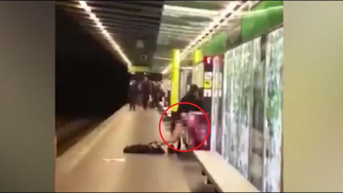 Ils s'envoient en l'air devant tout le monde dans une station de métro de Barcelone