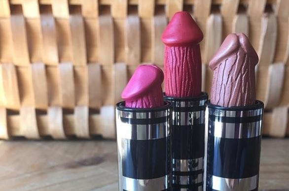 Des rouges à lèvres en forme de verges