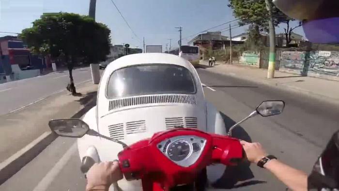 Ce scooter aurait mieux fait de regarder la route…