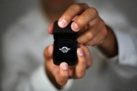 Il demande son ex en mariage en la menaçant avec un couteau