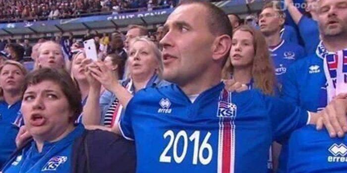 Le président islandais a assisté à la rencontre au milieu des supporters
