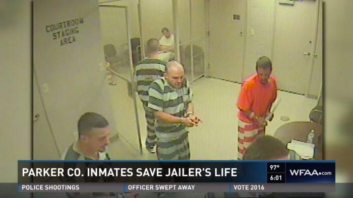 Des détenus cassent la porte de leur cellule pour sauver un gardien