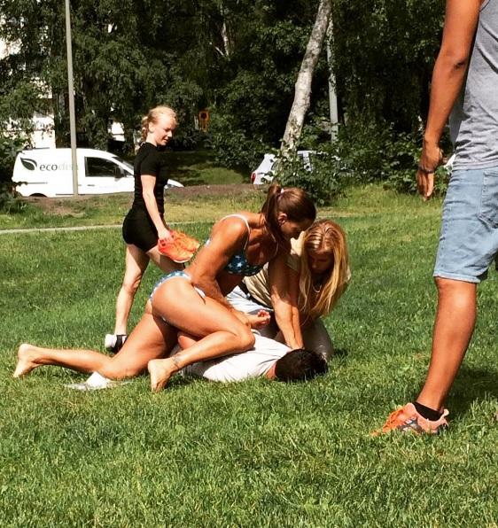 Une policière en bikini procède à une interpellation