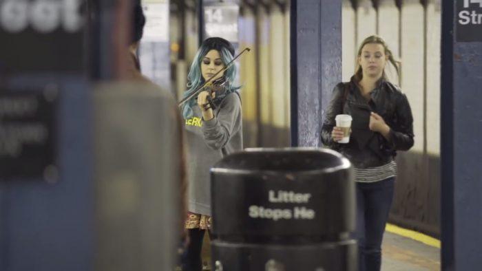 Cette jeune fille jouait du violon dans le métro et personne n'y prêtait attention mais quand je l'ai écoutée, je suis resté sans voix