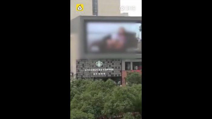 Suite à une erreur humaine, un panneau publicitaire diffuse un film X dans toute la ville