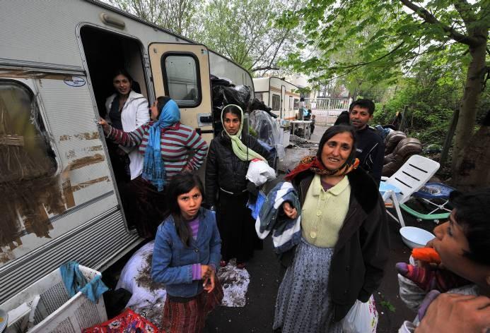 Un élu propose de récupérer les dents en or des roms pour financer leurs allocations