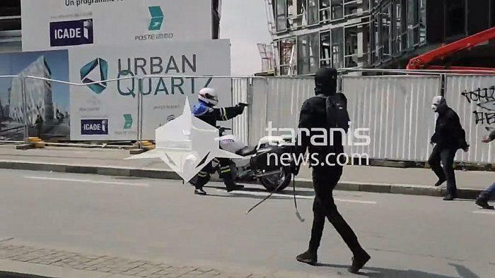 Des antifas se font calmer par un policier