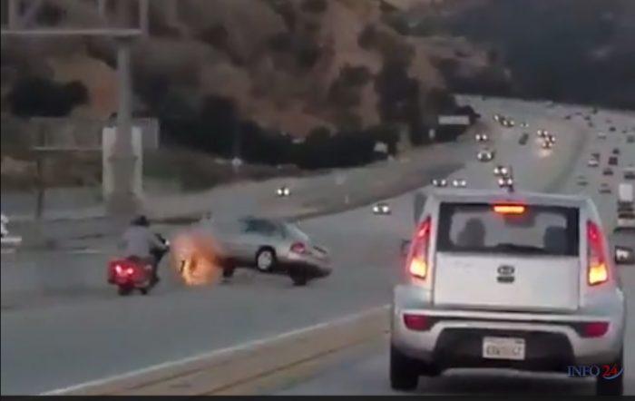 Ce motard donne un coup de pied dans la voiture, s'ensuit un énorme accident