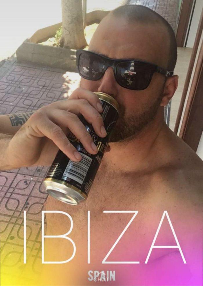 Il dit à sa femme qu'il part boire une pinte avec des amis et finit à Ibiza