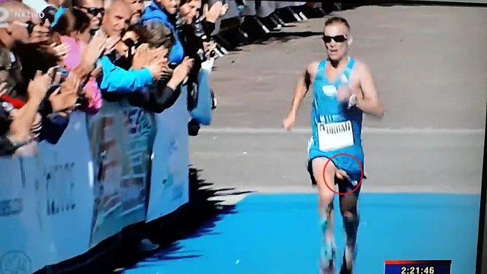 Il termine un marathon le chibre à l'air