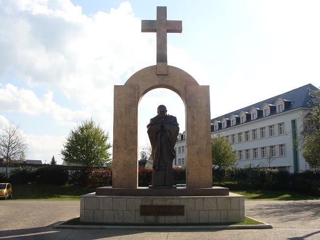 La France fait enlever la croix d'une statue mais tolère les prières de rue musulmanes