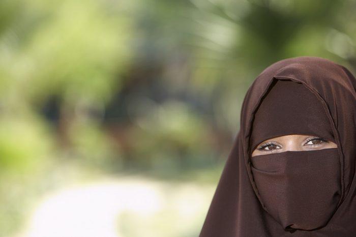 Sa burqa se prend dans les roues de son kart, elle meurt étranglée en pleine course