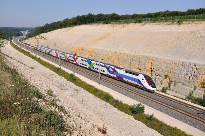 Un TGV arrive en gare avec un cadavre de cycliste encastré