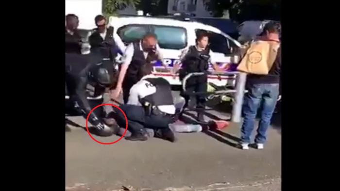 Une racaille percute une voiture de police lors d'un rodéo et joue à la victime