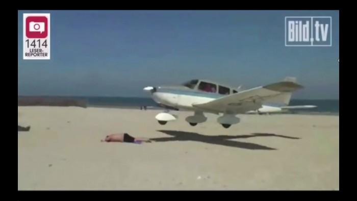 Vidéo: Un avion passe à deux doigts d'écraser un vacancier sur la plage